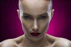 Портрет девушки красоты на фиолетовой предпосылке Стоковые Фотографии RF