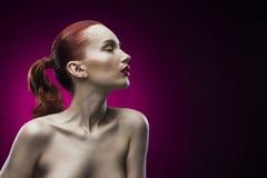 Портрет девушки красоты на фиолетовой предпосылке Стоковое Фото