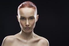 Портрет девушки красоты на черной предпосылке Стоковые Изображения