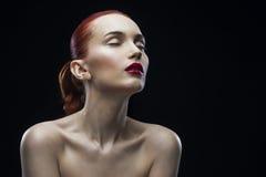Портрет девушки красоты на черной предпосылке Стоковое Изображение