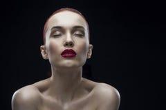 Портрет девушки красоты на черной предпосылке Стоковое Изображение RF