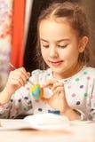 портрет девушки крася пасхальные яйца Стоковая Фотография
