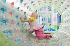 Портрет девушки малыша играя в игровой Стоковые Фото