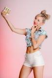 Портрет девушки молодой женщины сексуальной есть шоколад на пинке Стоковые Изображения