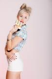 Портрет девушки молодой женщины сексуальной есть шоколад на сини Стоковая Фотография