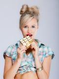 Портрет девушки молодой женщины сексуальной есть шоколад на сини Стоковые Изображения