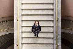 Портрет девушки на лестницах с интересным Стоковое Изображение