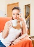 Портрет девушки на кресле с чашкой чаю Стоковые Фотографии RF