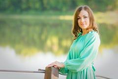 Портрет девушки на мосте над рекой в раннем утре Стоковые Фотографии RF
