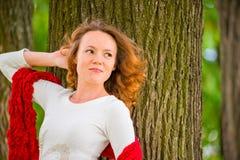 Портрет девушки на предпосылке дерева Стоковые Изображения