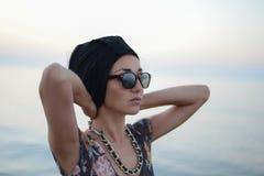 Портрет девушки на предпосылке моря Стоковое Изображение