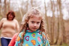 Портрет девушки на прогулке в лесе с матерью Стоковые Фотографии RF
