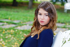 Портрет девушки на стенде в парке Стоковое Изображение RF