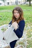 Портрет девушки на стенде в парке Стоковые Изображения RF