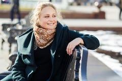Портрет девушки на стенде Стоковое Фото