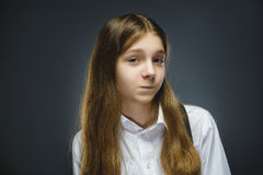 Портрет девушки обиды изолированный на серой предпосылке Отрицательная человеческая эмоция, выражение лица closeup Стоковое Изображение