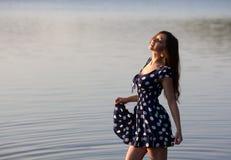 Портрет девушки около воды Стоковые Изображения RF
