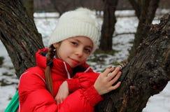 Портрет девушки около дерева стоковое изображение rf