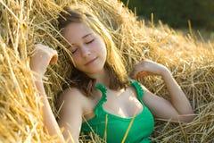 Портрет девушки отпускника на сене Стоковое Изображение