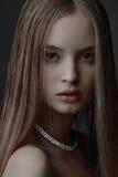 Портрет девушки очарования моды красоты над черной предпосылкой Стоковая Фотография RF