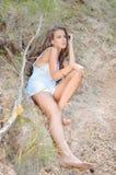 Портрет девушки очарования сексуальной милой сидя дальше Стоковые Фотографии RF