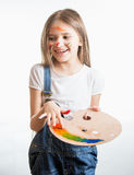 Портрет девушки покрашенный другими цветами представляя на студии Стоковое Изображение