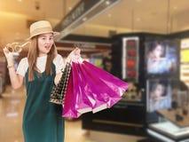 Портрет девушки покупок моды Женщина красоты с хозяйственными сумками в торговом центре Покупатель Стоковые Фото