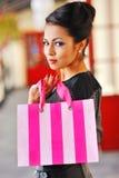 Портрет девушки покупок моды Красивая женщина с ба покупок Стоковые Изображения