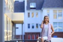 Портрет девушки покупок моды красивейшие солнечные очки девушки сь женщина Стоковое фото RF