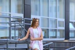 Портрет девушки покупок моды красивейшие солнечные очки девушки сь женщина Стоковая Фотография