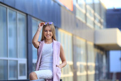 Портрет девушки покупок моды красивейшие солнечные очки девушки сь женщина Стоковые Фотографии RF