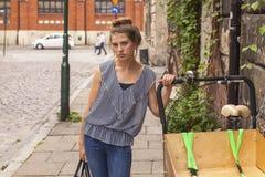 Портрет девушки подростка на улице прогулка Стоковая Фотография RF