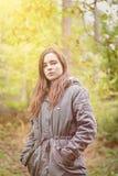 Портрет девушки подростка с зеленым parka Стоковые Фотографии RF