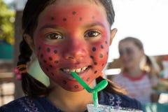 Портрет девушки при краска стороны имея питье на парке Стоковые Изображения RF