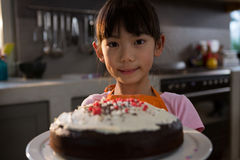 Портрет девушки при торт стоя в кухне Стоковые Фото