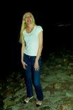Портрет девушки против неба вечера Стоковые Фото