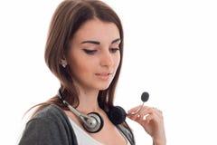 Портрет девушки работника центра телефонного обслуживания брюнет cutie при наушники и микрофон изолированные на белой предпосылке Стоковые Изображения RF