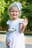 Портрет девушки ребенка, представляя в белой мантии, счастливая концепция детства, сезон лета в парке города Стоковые Изображения RF