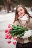 Портрет девушки ребенка с цветками на уютной теплой внешней прогулке зимы Стоковые Изображения RF