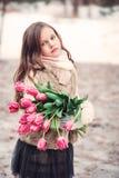Портрет девушки ребенка с цветками на уютной теплой внешней прогулке зимы Стоковое Изображение