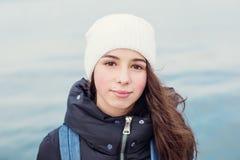 Портрет девушки ребенк на предпосылке моря Стоковая Фотография