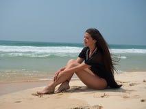Портрет девушки сидя на пляже моря Стоковое фото RF