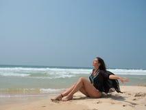 Портрет девушки сидя на пляже моря Стоковое Изображение RF