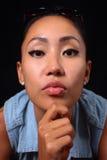 Портрет девушки смотря камеру с милым выражением на ее стороне Стоковые Изображения