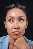 Портрет девушки смотря камеру с милым выражением на ее стороне Стоковое фото RF