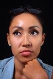 Портрет девушки смотря камеру с милым выражением на ее стороне Стоковые Изображения RF