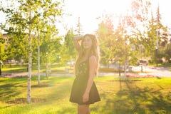 Портрет девушки солнечности красоты Довольно счастливая женщина наслаждаясь летом outdoors Стоковое фото RF
