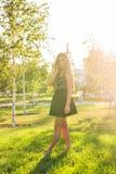 Портрет девушки солнечности красоты Довольно счастливая женщина наслаждаясь летом outdoors Стоковые Фотографии RF