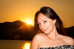 Портрет девушки солнечности красоты Счастливая женщина усмехаясь, солнечный летний день под горячим Солнцем на пляже Стоковые Изображения