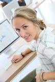 Портрет девушки студента в классе работая на компьютере Стоковые Изображения RF